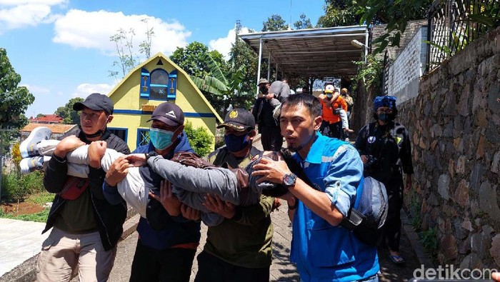 Warga Desa Cigugur Girang, Kecamatan Parongpong, Bandung Barat, melakukan simulasi kegempaan Sesar Lembang. Mereka dilantih menghadapi gempa.