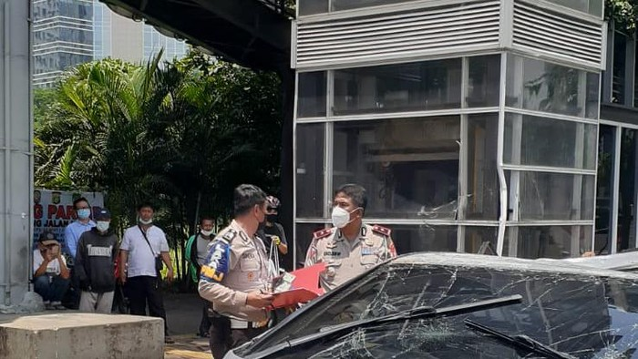 Mobil nyelonong ke trotoar Jalan Sudirman hingga terbalik