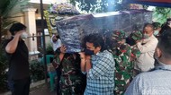 Momen Jenazah Pilot Rimbun Air Tiba di Rumah Duka