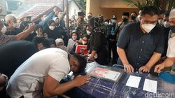 Isak Tangis Keluarga Pilot Rimbun Air di Bogor