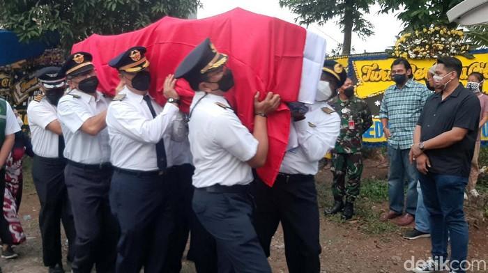 Jenazah Kapten Agithia Mirza, pilot Rimbun Air yang jatuh di pegunungan Intan Jaya, Papua, tiba di rumah duka. Jenazah tiba Kelurahan Curug, Kota Bogor, Jumat (17/9) sore.