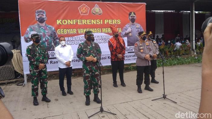 Panglima TNI-Kapolri meninjau kegiatan vaksinasi di Pasar Induk Lau Cih, Sumut