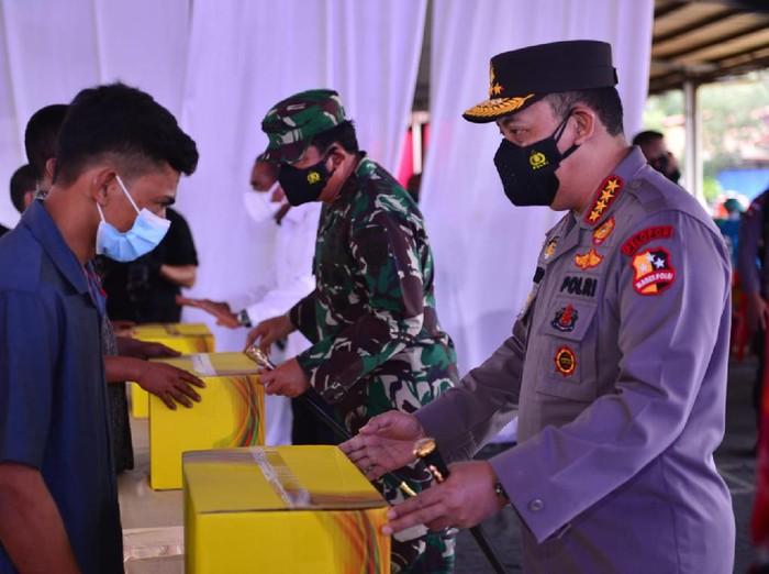 Panglima TNI Marsekal Hadi Tjahjanto dan Kapolri Jenderal Listyo Sigit Prabowo meninjau vaksinasi serentak di Sumut.