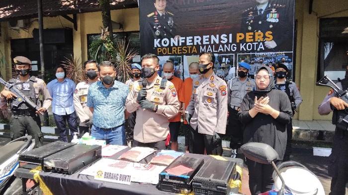 Pembobol uang ATM ditangkap Polresta Malang Kota. Dari aksinya, pelaku berhasil mencuri uang ratusan.