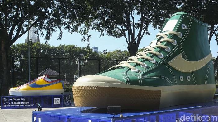 Sebuah tugu berbentuk sepatu muncul di sejumlah titik di Jakarta. Pemprov DKI menegaskan tugu tersebut merupakan hasil kolaborasi dengan pelaku ekonomi kreatif.