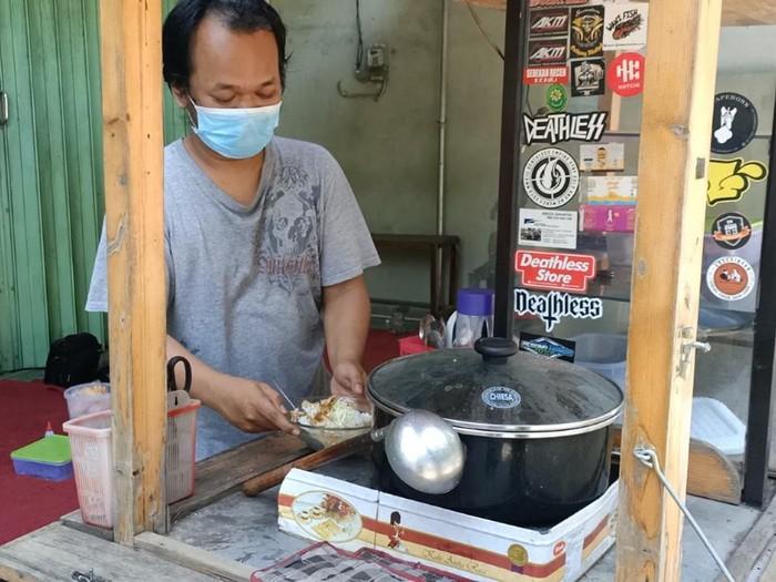 penjual soto ayam di kediri patok harga 2 ribu per mangkok