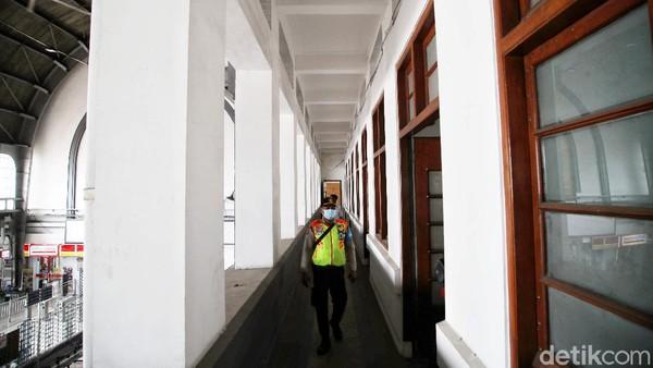 Atap barrel-vault yang digunakan pada stasiun Jakarta Kota terlihat jelas pada hall utama. Dinding bagian dalam hall diselesaikan dengan keramik berwarna coklat bertekstur kasar. Bukaan terbesar terdapat pada lunette yang berfungsi sebagai jendela. Lunette berbentuk busur semisirkular dengan unit bukaan vertikal sebanyak tujuh buah pada lunette utama.