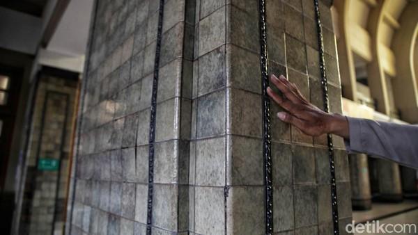 Bukaan pintu pada Stasiun Jakarta Kota terbentuk akibat penggunaan kolom-kolom penyangga atap (kanopi) yang menghasilkan suatu unit massa sendiri. Pengolahan bidang di sekitar bukaan dengan penggunaan bata kerawang di atas pintu dan ubin waffle pada dinding bagian bawah serta daun pintu tambahan yang berfungsi sebagai pintu angin.