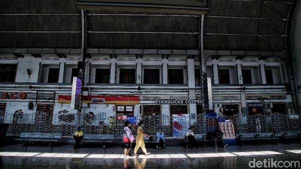 Dikulik langsung dari Manager Preservation and Documentation Stasiun Jakarta Kota, Hardika Hadi Rismaji, Stasiun Jakarta Kota dibangun di kawasan kota lama Batavia (Jakarta) yang dulunya terdapat dua stasiun besar kereta api.