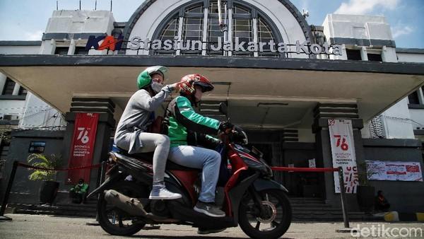 Kedua stasiun tersebut adalah Stasiun Batavia NISM, milik maskapai kereta api swasta Nederlandsch Indische Spoorweg Maatchappij dan Stasiun Batavia BOSM milik Bataviasche Ooster Spoorweg Maatschappij. Untuk Stasiun Batavia NISM yang dikenal pula dengan Stasiun Batavia Noord (Utara) melayani rute Jakarta-Bogor. Sementara itu, Stasiun Batavia Zuid (Selatan) mengoperasikan kereta api lintas Jakarta-Bekasi-Karawang.
