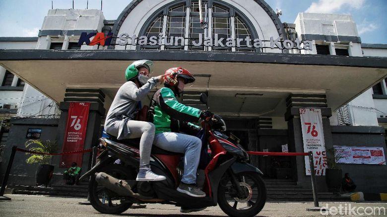 Pengguna KRL di Jakarta tentu tak asing dengan Stasiun Jakarta Kota. Banyak hal menarik tentang stasiun yang dulunya dipanggil Stasiun Beos itu lho.
