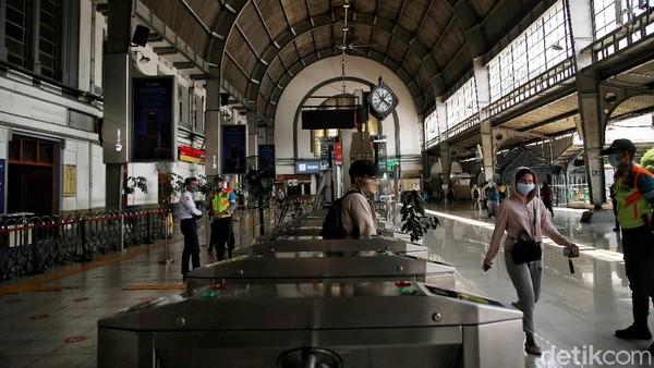 Dalam perkembangannya, kedua operasional kereta api di Jakarta dikelola oleh perusahaan kereta api negara, Staatssporwegen (SS). Tahun 1898 SS membeli seluruh jaringan milik BOSM dan jaringan kereta api milik NISM tahun 1913.
