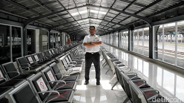 Lokasi stasiun baru yang hendak dibangun ialah menempati Stasiun Batavia Zuid, sehingga pada tahun 1923 stasiun ini ditutup. Sedangkan Stasiun Batavia Noord (Batavia Utara yang yang terletak di sebelah selatan Museum Sejarah Jakarta sekarang) tetap beroperasi sebagai stasiun sementara yang melayani penumpang dan barang sampai stasiun baru selesai.