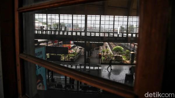 Dikutip dari halaman Heritage KAI, unit-unit massa Stasiun Jakarta Kota terbagi beberapa bagian. Unit massa kepala meliputi unit massa sayap, gerbang masuk utama dan peron. Ada unit massa menara (utama/depan, samping, dan gerbang samping). Konfigurasi massa bangunan linier secara keseluruhan membentuk huruf T.