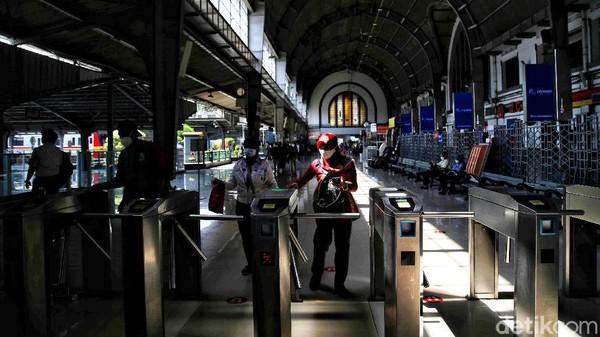 Stasiun Jakarta Kota lebih dikenal sebagai Stasiun Beos, merupakan kependekan dari Bataviasche Ooster Spoorweg Maatschappij (Maskapai Angkutan Kereta Api Batavia Timur). Nama lain untuk Stasiun Jakarta Kota ini yakni Batavia Zuid yang berarti Stasiun Batavia Selatan.