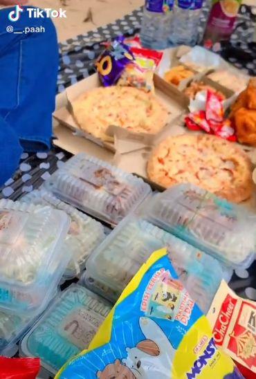 Piknik berubah menjadi panik karena makanan tergulung ombak