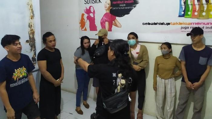 Polisi menggerebek prostitusi online di Makassar