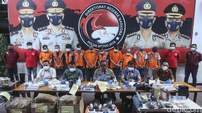 Polisi merilis kasus narkoba dengan 10 tersangka di Polda Metro Jaya, Jumat (17/9/2021). Polisi mengamankan 5,752 butir ekstasi.