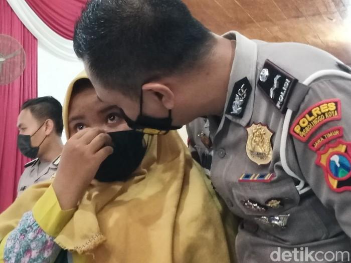 Puluhan yatim piatu dampak COVID-19 di Kota Probolinggo diangkat jadi anak asuh. Pengangkatan anak asuh ini diwarnai tetes air mata haru.