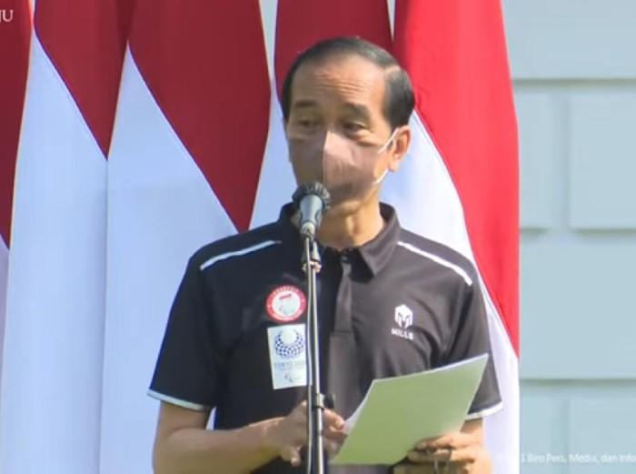 Presiden RI Jokowi memberikan bonus kepada atlet peraih medali Paralimpiade Tokyo 2020