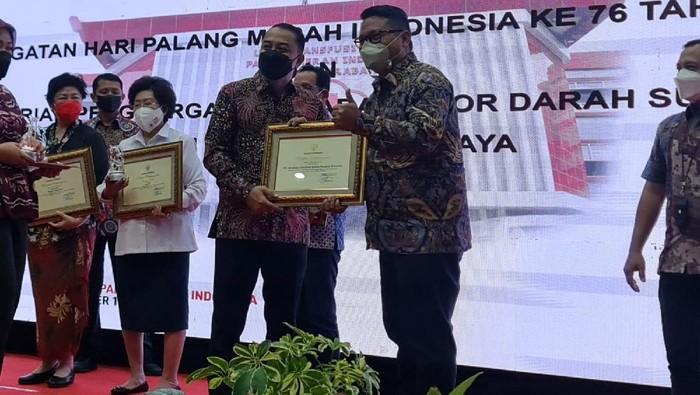PT SIER menerima penghargaan dari Wali Kota Surabaya