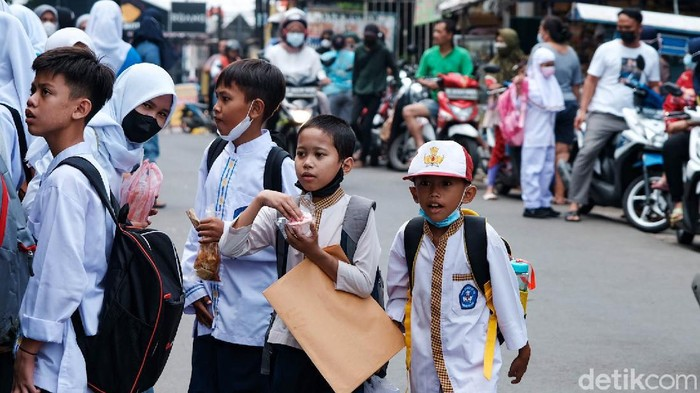 Pelajar di Tangsel baru menyelesaikan pembelajaran tatap muka hari ini. Sepulang sekolah, lokasi jalanan langsung diserbu.