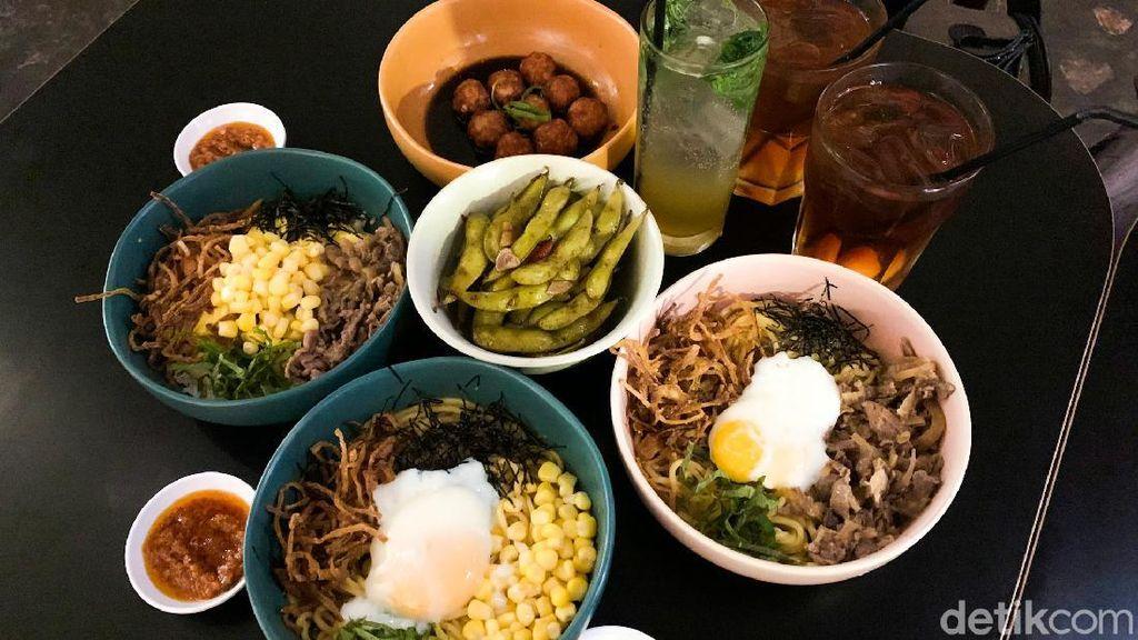 Sluurp! Gurihnya Dry Ramen dengan Topping Onsen Egg dan Beef Sukiyaki