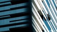 Safety First, Aksi Petugas Bersihkan Kaca Gedung Bertingkat