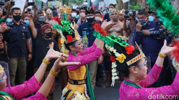 Sandiaga disambut tarian tradisional khas Mojokerto, tari Mayang Rontek saat tiba di Mahavihara Mojopahit, Desa Bejijong. Ia juga disuguhi teaterikal Sumpah Palapa Mahapatih Majapahit Gajah Mada, kesenian kuda lumping, bantengan, dan tari dolanan yang dimainkan anak-anak.