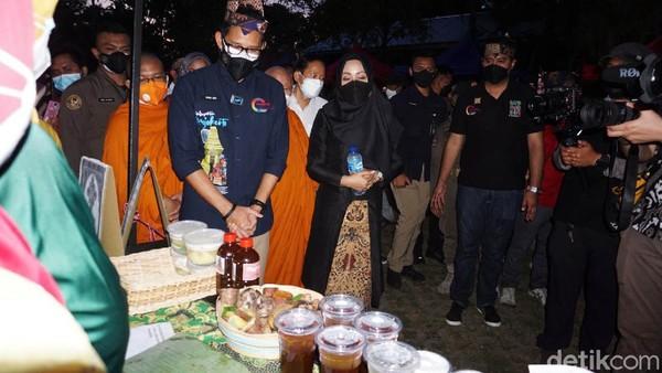 Saat berkeliling di Mahavihara Mojopahit, Sandiaga meninjau Pasar Rakyat Kampung Majapahit. Ia memborong aneka makanan kreasi emak-emak Desa Bejijong yang nilainya mencapai Rp 8 juta. Seperti telor asin asap, es ketan, ayam ungkep kemaron, getuk Majapahit, manisan buah, dan minuman secang.
