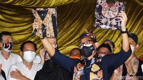 Menparekraf memamerkan batik Majapahit dari Bupati Mojokerto Ikfina Fahmawati.