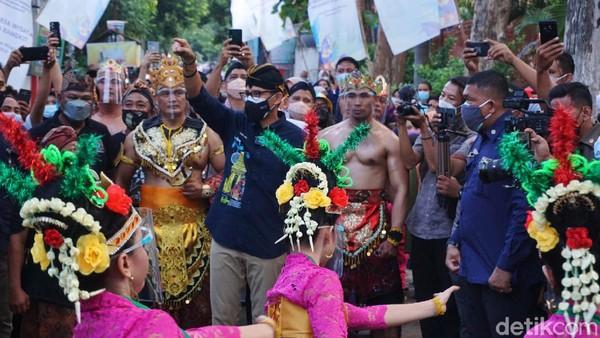 Menparekraf Sandiaga Uno menyapa masyarakat dalam kunjungan kerjanya di Desa Wisata Kampung Majapahit Bejijong, Kecamatan Trowulan, Kabupaten Mojokerto, Kamis (16/9/2021) kemarin.