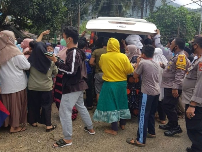 Sejumlah oknum warga Luwu Timur saat merebut paksa jenazah pasien COVID-19 dari ambulans (dok Istimewa)