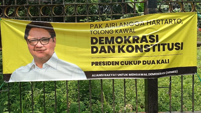 Spanduk Airlangga Selamatkan Demokrasi di Pancoran, Jaksel