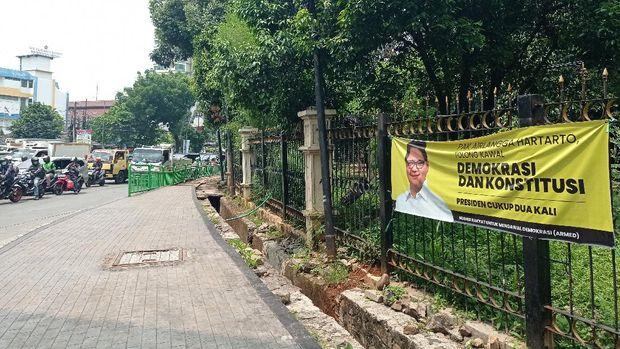 Spanduk Airlangga 'Selamatkan Demokrasi' di Pancoran, Jaksel