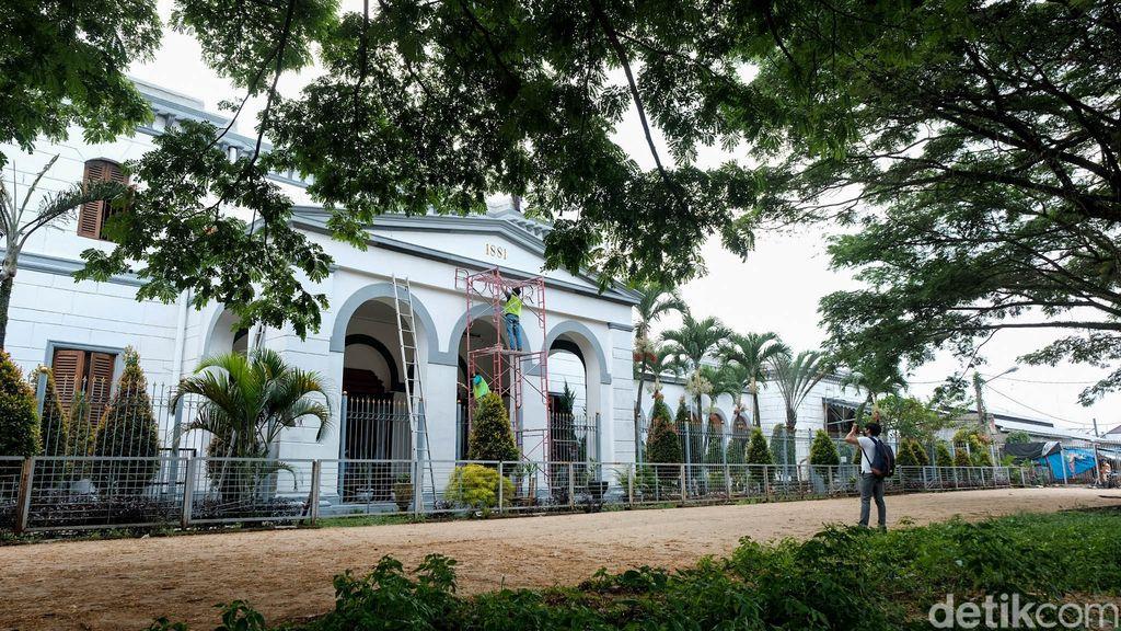 Stasiun Bogor dikenal sebagai salah satu stasiun tersibuk di saat jam berangkat kerja. Stasiun yang dekat dengan Istana Kepresidenan ini juga sarat akan sejarah.