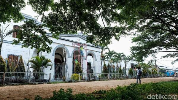 Stasiun Bogor mulai dibuka untuk umum pada tahun 1881 sebagai stasiun awal dari lintas Bogor-Bandung-Cicalengka oleh Staatssporwegen (SS). Begini tampak depan bangunan lama stasiun.