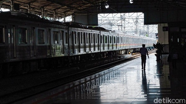 Pembangunan lintas Bogor-Bandung-Cicalengka merupakan jaringan kereta api pertama yang dibangun di Priangan untuk mengangkut hasil perkebunan dan pertanian, terutama kopi.