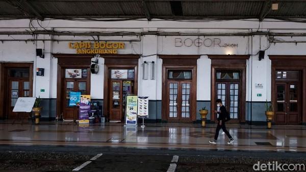 Stasiun ini terletak di ketinggian 240 meter di atas permukaan laut. Sisi dalam bangunan lama kini disewakan untuk gerai oleh-oleh.