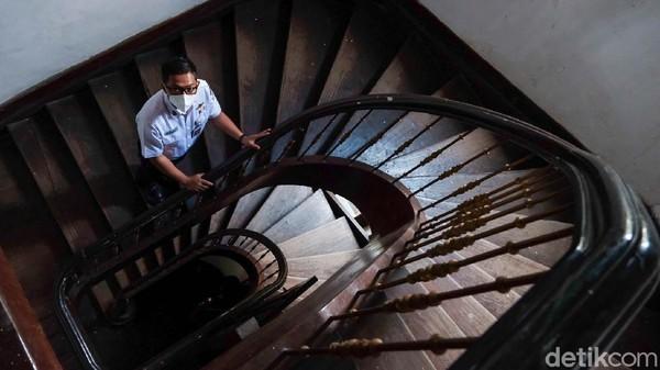 Nah, ini salah satu tangga spiral di Stasiun Bogor yang sudah ada sejak zaman Belanda.