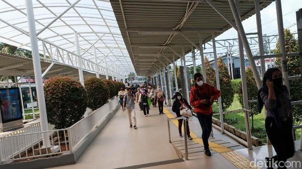 Zaman berkembang dan beberapa bangunan baru didirikan di area stasiun untuk mobilitas penumpang.