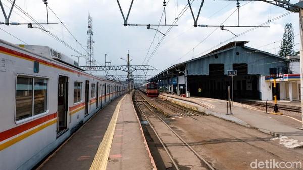 Stasiun Bogor yang berada di pusat kota hujan ini dikenal sebagai tempat keberangkatan warga yang mengadu nasib ke DKI Jakarta.