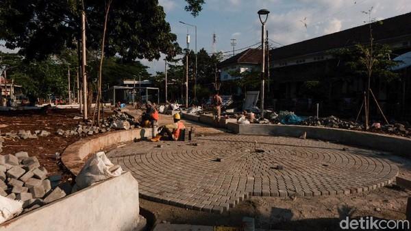 Sisi luar Stasiun Manggarai pun tengah ditata dan bakal memiliki shelter ojek online. Di masa pandemi ini, penumpang tetap wajib mematuhi protokol kesehatan selama perjalanan di KRL.
