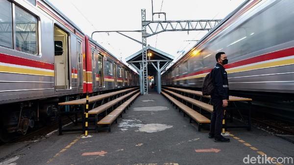 Travelers yang pernah ke Stasiun Manggarai pasti sudah biasa melihat pemandangan penumpang KRL dengan langkah terburu-buru berpindah peron.