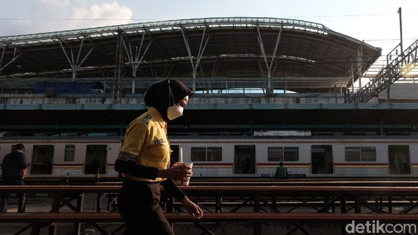 Yup, hiruk pikuk penumpang KRL Jabodetabek begitu terasa di Stasiun Manggarai. Betapa tidak, stasiun ini merupakan tempat transit kereta jurusan Bogor, Jakarta Kota, Tanah Abang, hingga Bekasi.
