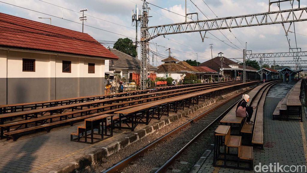 Setiap harinya, Stasiun Manggarai melayani ratusan perjalanan kereta api. Wajar saja bila Manggarai menjadi salah satu stasiun tersibuk di Indonesia.