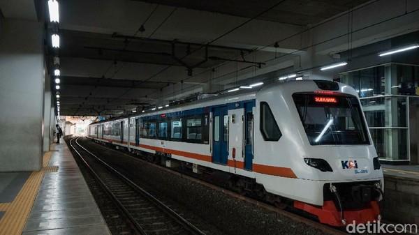 Selain itu, Stasiun Manggarai juga menjadi jalur kereta api bandara dan kereta api jarak jauh.