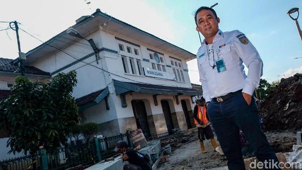 Inilah pekerjaan sehari-hari dari Widy Aries Subiyanto yang menjabat sebagai Kepala Stasiun Manggarai sejak 2020. Widy menjelaskan, kesabaran menjadi kunci dalam pelayanan penumpang di Stasiun Manggarai.