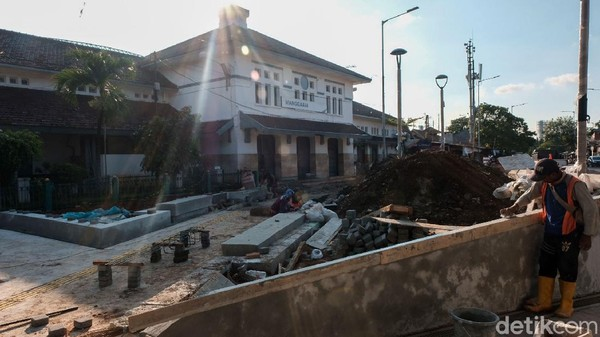 Saat ini, di Stasiun Manggarai sedang berjalan berbagai pembangunan. Di antaranya penambahan jalur kereta dan fasilitas antarmoda.