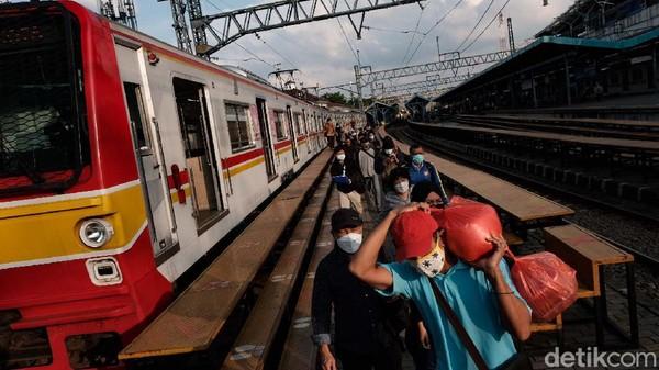 Di saat jam berangkat dan pulang kerja, potret hiruk pikuk Stasiun Manggarai adalah hal yang jamak terlihat.